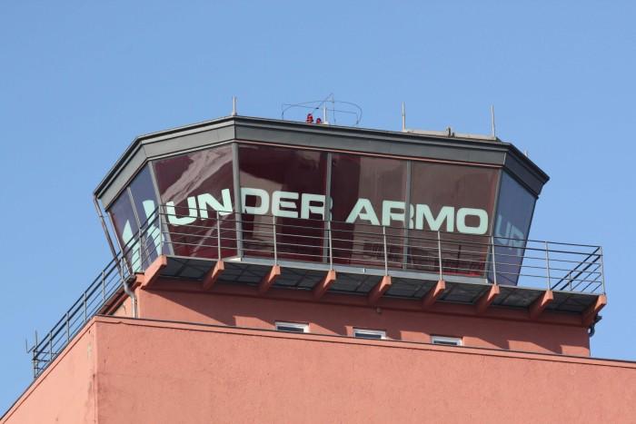 beschriftung-muenchen-tower-under-armour